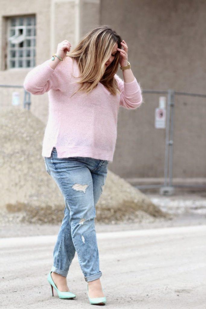 rosa Pulli und jeans