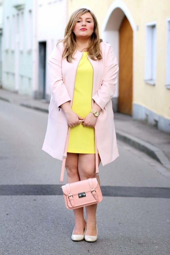 gelbes Kleid mit rosa mantel