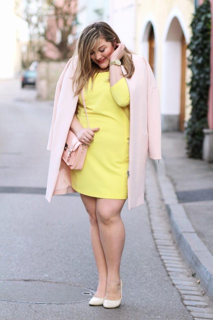 plus size outfit mit rosa mantel