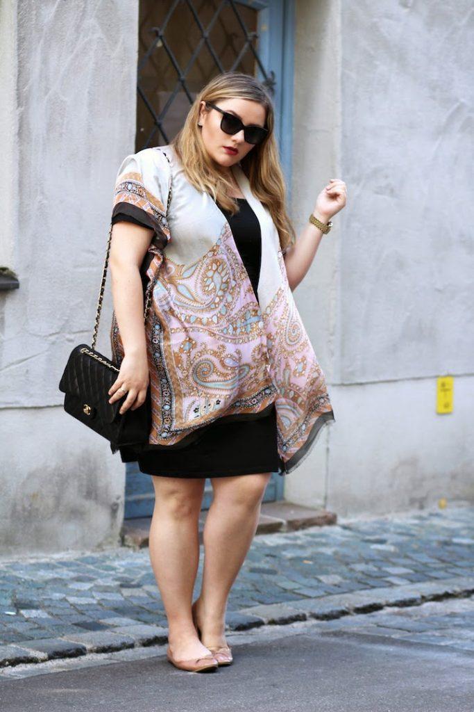 Codello Kimono Plus Size Outfit schwarzes Kleid