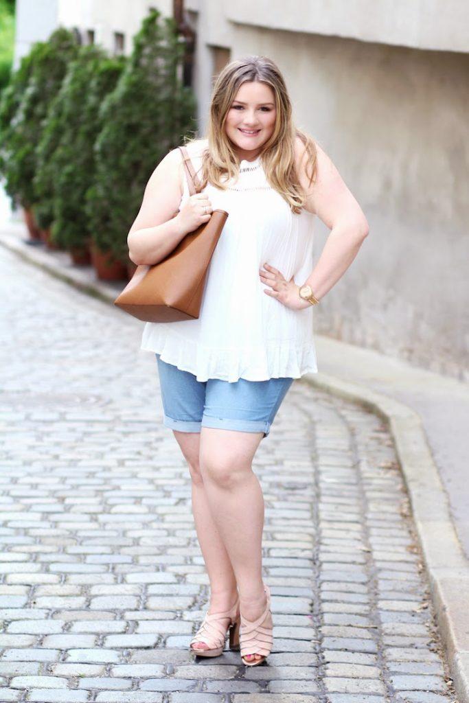 JEansshort und weiße Bluse