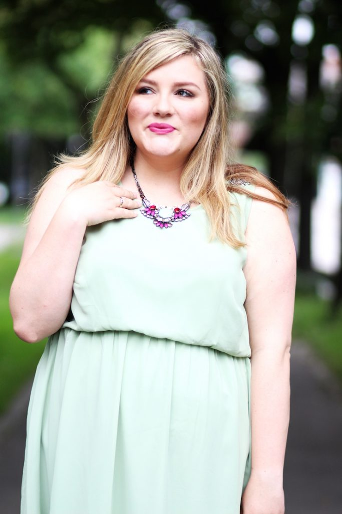 Curvy Blogger Outfit green