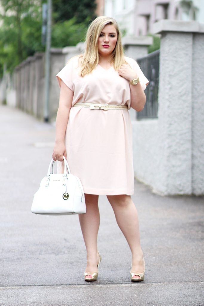 rosa kleid und goldene schuhe