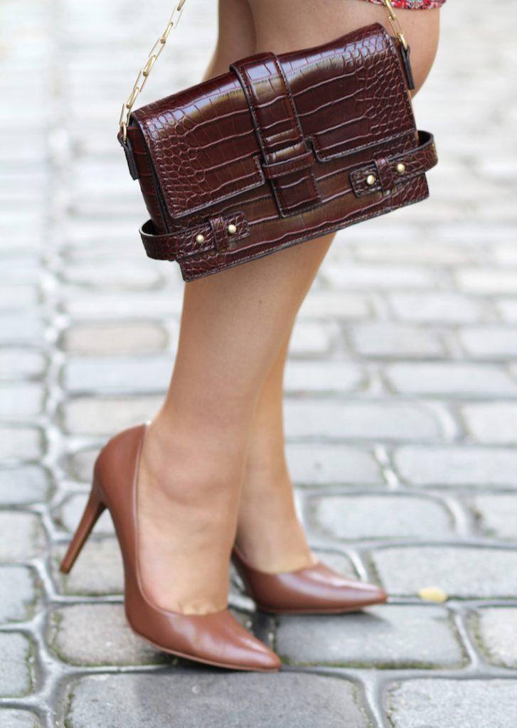 braune Schuhe und braune Tasche