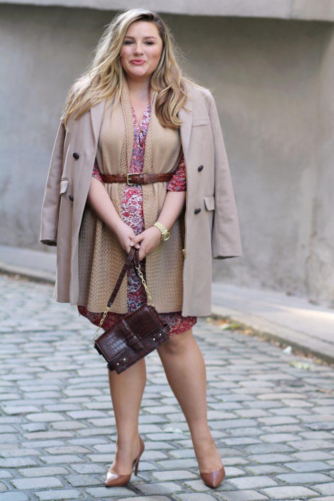 Mantel beige und Kleid bunt
