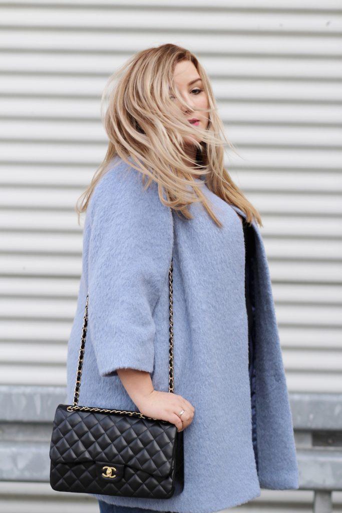 blauer mantel chanel handtasche blonde hair