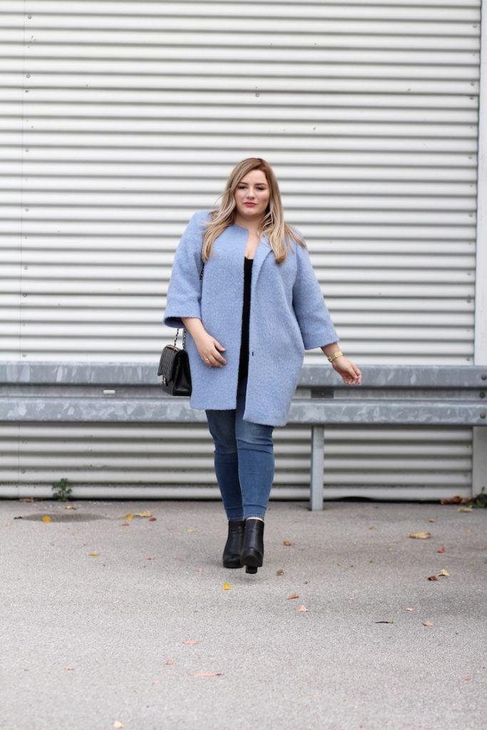 blauer mantel chanel handtasche