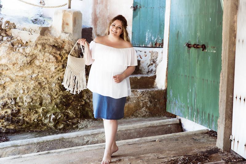 Blogger Plus Size weiße Bluse und Jeansrock
